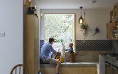 Madeira, aço e concreto na cozinha. Uma cor inusitada no banheiro. É assim que essa casa em Londres ganhou personalidade Sustainable Architecture, Interior Architecture, Nook, House, Contemporary, Architects, Mustard, Kitchens, Furniture