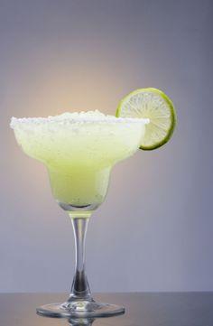 Bereiden:Wrijf de buitenkant van het glas in met een partje limoen en dep door het zout zodat het glas een mooi zoutrandje krijgt. Blender de rest van de ingredi