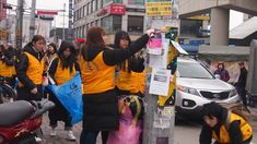하나님의교회 세계복음선교협회 청소년들이 오산역 일대서 거리정화 봉사활동을 진행했다.    오산, 화성, 평택, 안성에 위치한 하나님의 교회 청소년 300여명이 지난 22일 오산역 일대에서 거리정화를 펼쳤다./경기일보