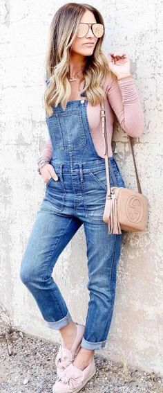 woman in blue denim overall pants and pink long-sleeved shirt learning on wall. Denim Overalls Outfit, Denim Outfits, Pants Outfit, Casual Outfits, Dungarees, Denim Jumpsuit, Zerschnittene Shirts, Cut Up Shirts, Long Shirt Outfits
