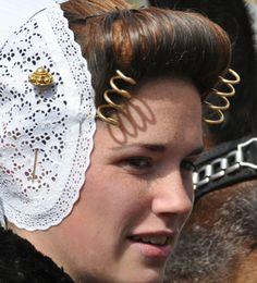 huuuuge pin... and a little plain straight pin as well    Zeeuwse jonge vrouw #Zeeland #Walcheren