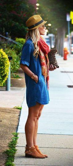 une robe chemise en denim, fille blonde sur la rue, chapeau d'été