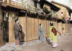 1906年正月・神戸。女性たちが羽根つきを楽しんでいる。