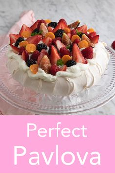 pavlova toppings berries ~ pavlova with berries ; pavlova with lemon curd and berries ; pavlova with frozen berries ; chocolate pavlova with berries Lemon Curd Pavlova, Meringue Pavlova, Meringue Desserts, Pavlova Toppings, Mini Pavlova, Strawberry Pavlova, Delicious Desserts, Dessert Recipes, Desert Recipes
