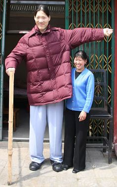 Zeng Jinlian, Chinese, confirmed by Guiness as the world's tallest female was 8 feet 2 inches tall. Giant People, Tall People, National Geographic, Ripley Believe It Or Not, Human Oddities, Loose Weight Fast, Tall Guys, Tall Women, World Records
