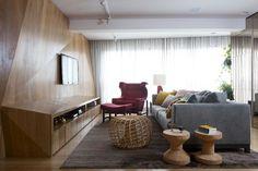 sala de tv com cortina e sofá cinza