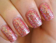 Uñas con glitter rosa, muy tiernas y románticas, encuentra más en http://mipagina.1001consejos.com/