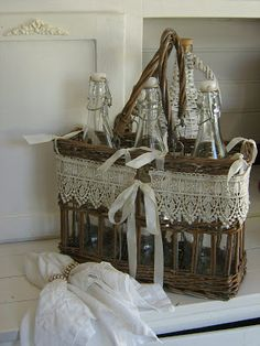 Mammabellarte : White Wednesday # 110 A friend invited me to go to...Perfect basket for a picnic decorated with beautiful lace!