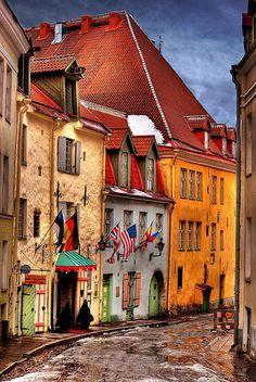 Estonia, Tallinn, vicolo con bandiere   Flickr - Photo Sharing!