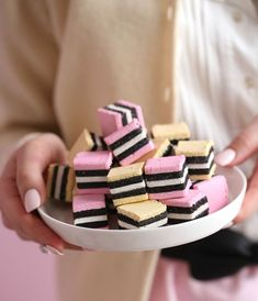 Homemade Traditional English licorice - Passion For Baking :::GET INSPIRED Homemade Liquorice, Liquorice Recipes, Homemade Sweets, Homemade Candies, Candy Recipes, Sweet Recipes, Fudge Recipes, Dessert Recipes, English Desserts