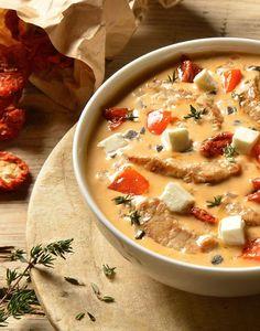 Eine leckere Gemüsesuppe mit Käse und Schweinefleisch für jede Party geeignet