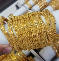 Indian Jewelry Earrings, Jewelry Art, Gold Jewelry, Jewlery, Gold Bangles Design, Gold Jewellery Design, Designer Bangles, Jewelry Patterns, Mehndi