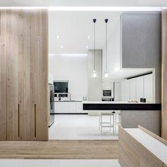 Cocina - AD España, © Rafael Gamo Frente al salón, la cocina, también separada por paneles correderos de madera, es diseño de Arrital. Foto Rafael Gamo