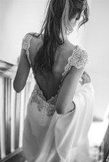 Vestido novia con espalda en pico de Alicia Rueda