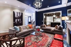 Einrichtungsideen für Wohnzimmer-Wandgestaltung in dunkelblau