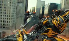 Imagen donde Bumblebee pone obstaculos a las naves decepticons, las cuales los vienen persiguiendo.