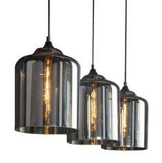 Heb je een grote eettafel en ben je op zoek naar een gezellige blikvanger? Dan is deze hanglamp echt iets voor jou. De Hanglamp Savine valt op dankzij het chique ontwerp en kan door de glazen lampenkappen heel leuk gecombineerd worden met kooldraadlampen. De metalen base verbindt de lampenkappen en zorgt ervoor dat je de hanglamp gemakkelijk kunt ophangen. De lampenkappen van deze moderne woonaccessoire zijn gemaakt van mond geblazen glas met een warme amberkleur. Zo verspreidt de Hanglamp…