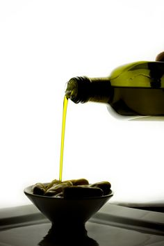 Extraordinary uses for ordinary items - Olive oil for polishing wood furniture, freeing a stuck zipper, fixing a squeaky door and removing paint from the skin Diy Cleaning Products, Cleaning Solutions, Cleaning Hacks, Household Products, Household Tips, Natural Home Remedies, Things To Know, Diy Beauty, Make Up