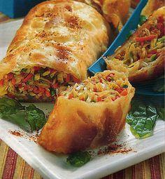 Strudel de verdura / 1 kg de espinacas. 2 zapallos italianos. 2 cebollas. 1 atado de cebollines. 1 paquete de masa filo. 150 g de mantequilla derretida. sal, pimienta y aceite.