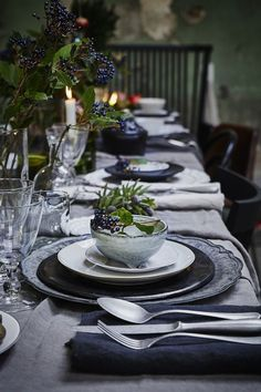 Simple yet pretty Christmas / party table ideas