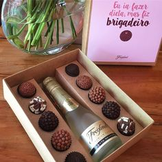 Online Confectionery Courses- Cursos de Confeitaria Online We already have champagne in one hand and the brigadeiro in … - Vino Y Chocolate, Chocolate Brands, Chocolate Bark, Chocolate Gifts, Chocolate Lovers, Wooden Gift Boxes, Wooden Gifts, Dessert Boxes, Food Packaging Design