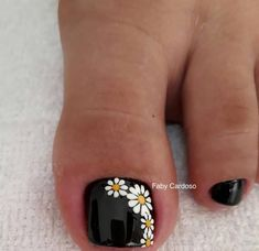 Nail art Christmas - the festive spirit on the nails. Over 70 creative ideas and tutorials - My Nails Flower Pedicure Designs, Toenail Art Designs, Pedicure Colors, Pedicure Nail Art, Toe Nail Art, Summer Pedicure Designs, Toe Nail Designs For Fall, French Pedicure Designs, Fall Pedicure
