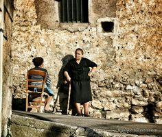 Горное поселение Теджано (Teggiano), провинция Салерно, Италия #италия #экскурсии #салерно #улица #старушки
