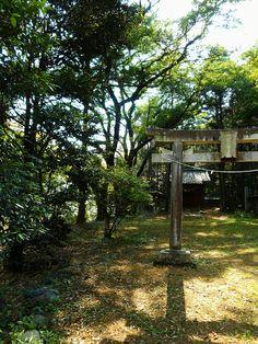 小さな山の麓にあるひっそりと佇む神社。