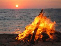 Ibiza. En la noche del 23 de junio se organizan hogueras en las plazas y playas y no faltan la música y los bailes