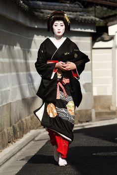 The memorial day Geisha Japan, Geisha Art, Japanese Geisha, Japanese Beauty, Japanese Kimono, Kyoto Japan, Traditional Dresses, Traditional Art, Zen Gardens