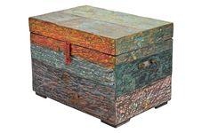 A beleza do desgaste - Ideal para guardar utensílios ou fazer bonito como mesa lateral, o baú de madeira Vonis (58 x 30 x 30 cm) tem acabamento de pátina colorida. Por 830 reais no Espaço Til.