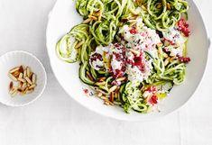 Zucchinipasta mit Kräuteröl, Ricotta und Himbeeren
