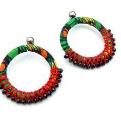 www.cewax.fr aime les bijoux ethno tendance Bijoux ethniques et style tribal. CéWax aussi fait des bijoux en tissus imprimés africains, on vous retrouve en boutique ici: http://cewax.alittlemarket.com/ - Créoles ethniques akina en wax et perles -vert/rouge/orange-