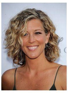 Medium Curly Haircuts, Wavy Bob Hairstyles, Haircuts For Curly Hair, Hairstyles Over 50, Older Women Hairstyles, Medium Hairstyles, Diy Hairstyles, Haircut Medium, Scene Hairstyles