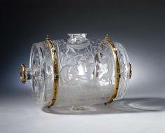 anoniem | Wine casket, possibly Annibale Fontana, c. 1575 - c. 1600 | Wijnvat gesneden uit een brok bergkristal met montuur van goud met email, parels, robijnen en smaragden. Het vat is versierd met voorstellingen van bacchanten met panters, en golven met draken en stroom-goden, in mat slijpwerk.
