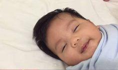 40 saniyede bebek uyutma yöntemi - Bebeğin saniyeler içinde uykuya dalması görenleri şaşkına çeviriyor. http://www.hurriyetaile.com/bebek/bebegin-uykusu/40-saniyede-bebek-uyutma-yontemi_18404.html
