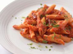 ペンネ アラビアータ - 神保 佳永シェフのレシピ。*辛味がポイントのパスタ。しっかりと鷹の爪の辛さを抽出するのが秘訣です。 *トマトソースはしっかり煮詰め、濃厚なソースに仕上げて。