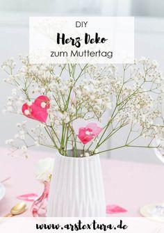 Herzen aus Papier basteln - einfache Tischdeko zum Muttertag basteln - Deko für den Blumenstrauß #muttertag #muttertagsgeschenk Diy Blog, Inspire Others, Diy And Crafts, Glass Vase, German, Inspiration, Home Decor, Ideas, Pom Poms
