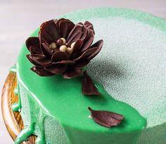 """Муж говорит, что писать всё важное нужно сразу: далеко не все читают мои """"простыни"""" Так вот. В блоге наконец-то много нового и главное - мой именинный мятный торт с лаймом и шоколадом. Как всегда, подробно и пошагово. МК по сборке муссового торта в кольце. Цветной шоколадный велюр. Я понимаю, что сейчас, по сравнению даже с прошлым годом, подобной инфы в инете полно, но надеюсь, и мой опыт кому-то пригодится. А если кто давно засматривается на муссовые, но побаивается... моя статья будет…"""