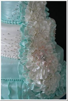 Look at that exquisite detail work on this tiffany blue cake!!!