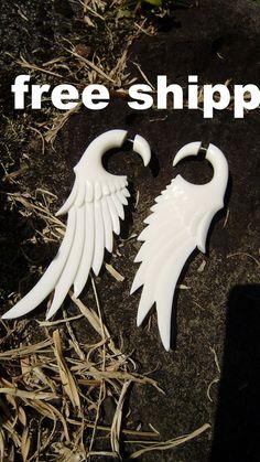 Fake gauge  Natural White Bone wing Stick Gauge by ANELAJADE, $24.99 Fake Gauge Earrings, Wing Earrings, Fake Plugs, Polymer Clay Crafts, How To Make Earrings, Tribal Fashion, Pretty Cool, Beautiful Hands, Gauges