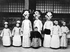 """triều đại nhà thanh - Royal traditional costume from """"Thanh"""" empire Vintage Soul, Vintage China, Old Pictures, Old Photos, Vintage Photographs, Vintage Photos, Last Emperor Of China, China People, Asian History"""
