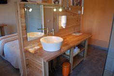 Chaque salle de bain est composée de vasques et d'une douche à l'italienne ici la chambre Guimbelot