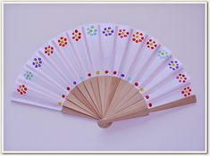 Manga por Hombro: Abanico de flores para el Día de la Madre. Painted Fan, Hand Painted, Chinese Party, Hand Held Fan, Hand Fans, Crafts For Kids, Arts And Crafts, Jw Gifts, Ideas Hogar