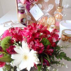 Desayuno y arreglo de flores naturales presentación contenida en un box 30x30cm con todo lo mejor de nuestros paquetes Floral, Table Decorations, Furniture, Home Decor, Gourmet, Breakfast, Florals, Homemade Home Decor, Flowers