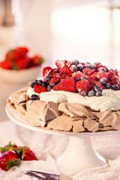 Brown Sugar Pavlova with Summer Berries - Cooking with Tenina Thermomix Recipes Healthy, Thermomix Desserts, Delicious Desserts, Dessert Recipes, Pavlova Recipe, Summer Berries, Food Humor, How Sweet Eats, Dessert Bars