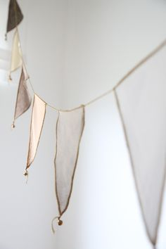 overlocked bunting with bells ♫ La-la-la Bonne vie ♪ - Crafts Diy Home Bunting Garland, Diy Garland, Buntings, Fabric Garland, Bunting Ideas, Garland Decoration, Fabric Bunting, Bunting Flags, Pennant Banners