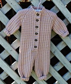 Elisabeths verden » Strikking Knitted Baby Outfits, Crochet Baby Clothes, Newborn Outfits, Knitting Baby Girl, Knitting For Kids, Baby Knitting Patterns, Baby Barn, Baby Store, Knitted Blankets