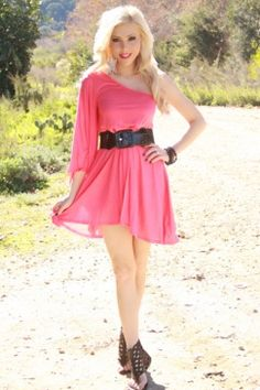 love the one shoulder flowy