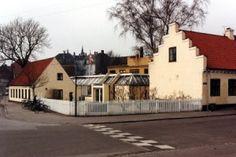 Huse i Valby Valby Bibliotek (A library and former school) Tidligere rytterskole for almuen